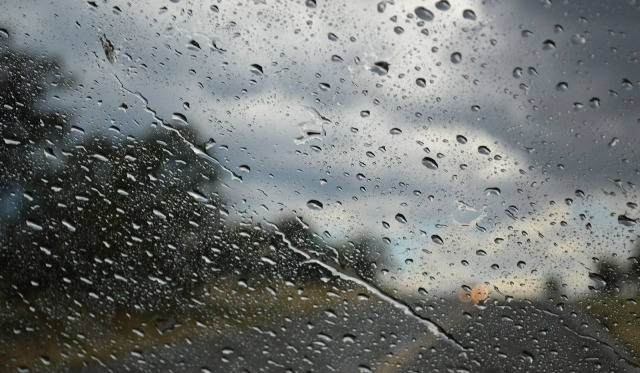 Утре не очекува променливо облачно време со слаби локални врнежи од дожд