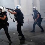 Турската полиција употреби солзавец врз демонстранти пред истанбулска болница