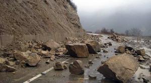 Поради одрон на патот Тетово Попова Шапка сообраќајот се одвива по една лента