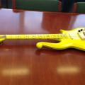 zholtata-gitara-na-prins-prodadena-za-137-500-dolari