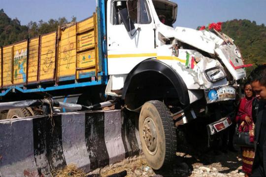 При превртување на камион во Индија загинаа 16 лица  а 50 се повредени