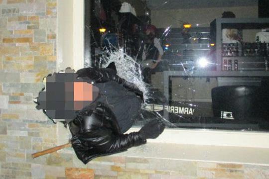 Пијан крадец се заглавил во прозорец