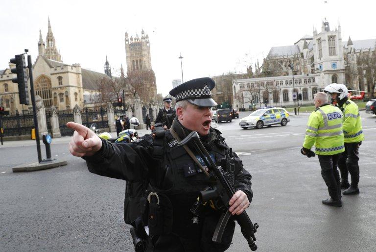Полицијата го блокирала источниот дел од Лондон поради сомнителен пакет
