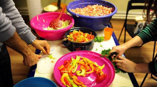 Хуманитарна акција за подготвување оброци за бездомници