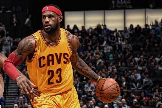 Леброн го предводеше Кливленд до најголемиот пресврт во историјата на НБА плеј офот