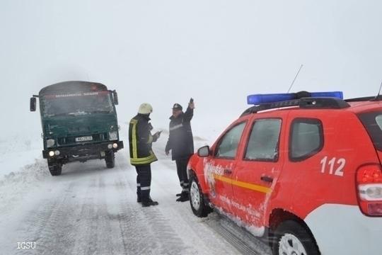 Романка се породи во противпожарно возило заглавена во снег