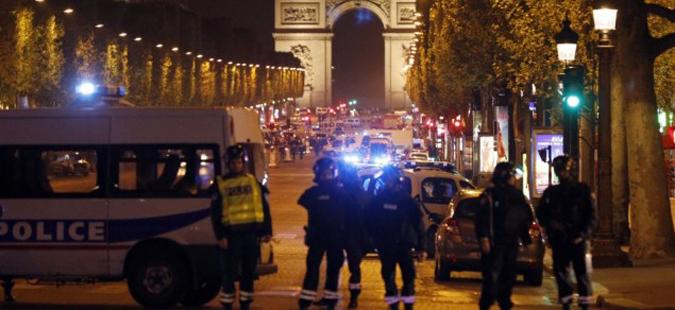 Полицаец убиен при терорстички напад на Елисејските полиња