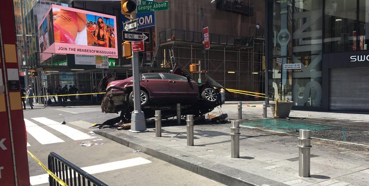 Еден загинат  а повеќе од 10 минувачи повредени на Тајмс Сквер во Њујорк