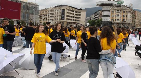 Матурантите танцуваа квадрил на плоштад  Македонија