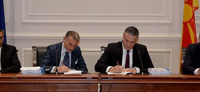 Пратеникот и технички министер Тодоров потпиша договор за нов Клинички центар  до него седеше Груевски