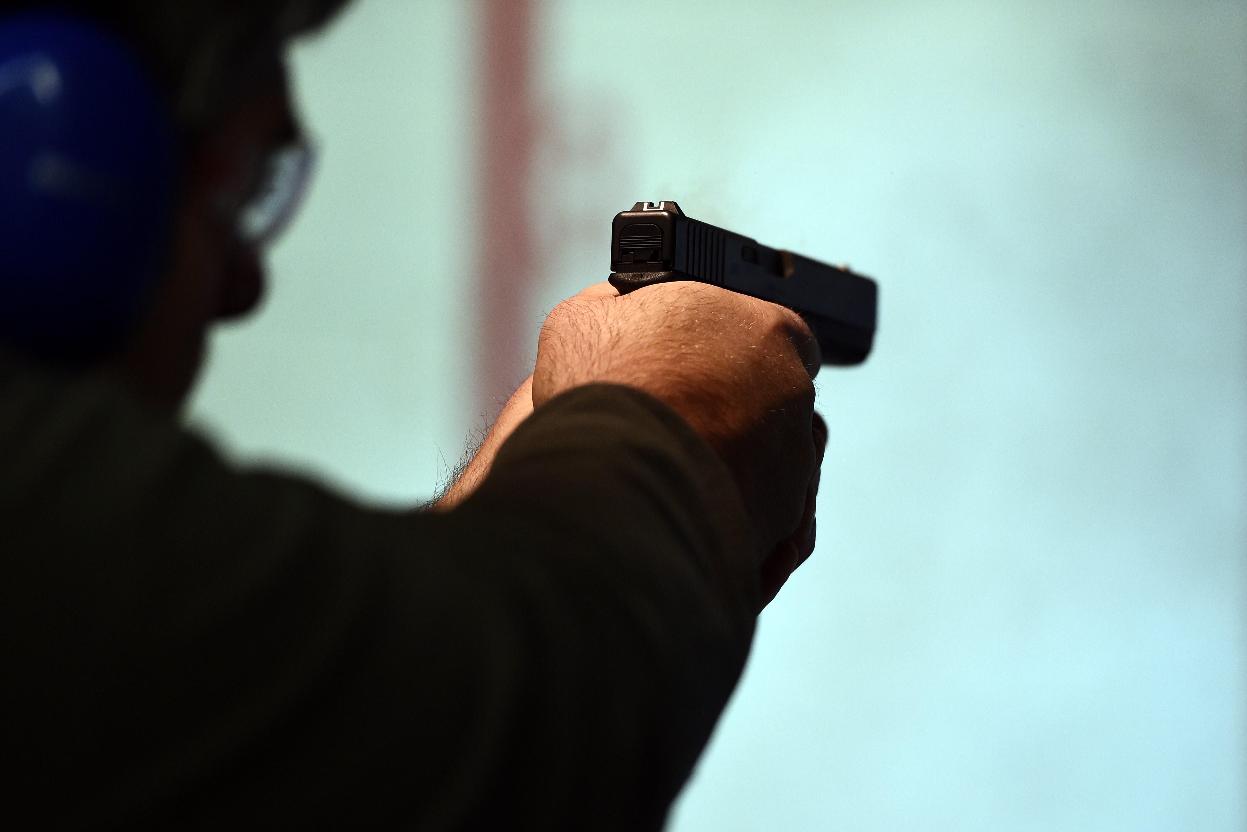 Полиција прво со автомобил бркала малолетници  по што еден полицаец со службен пиштол ранил двајца