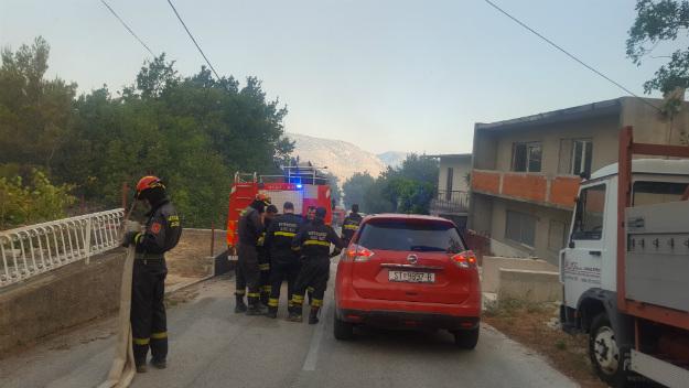 Кај Омиш пламна голем пожар  се шири кон Сплит