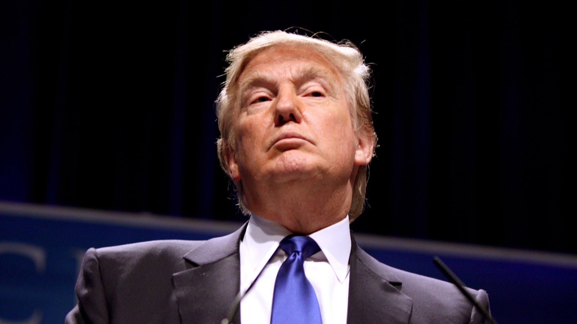 Критики кон Трамп бидејќи не ги осудил десничарите кои заговараат за бела супремација