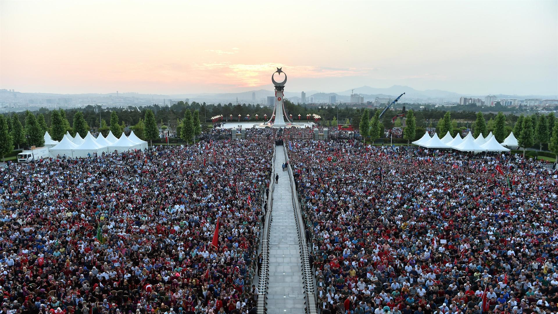 Над милион луѓе во Истанбул учествуваа во митингот за одбележување на годишнина од обидот за преврат