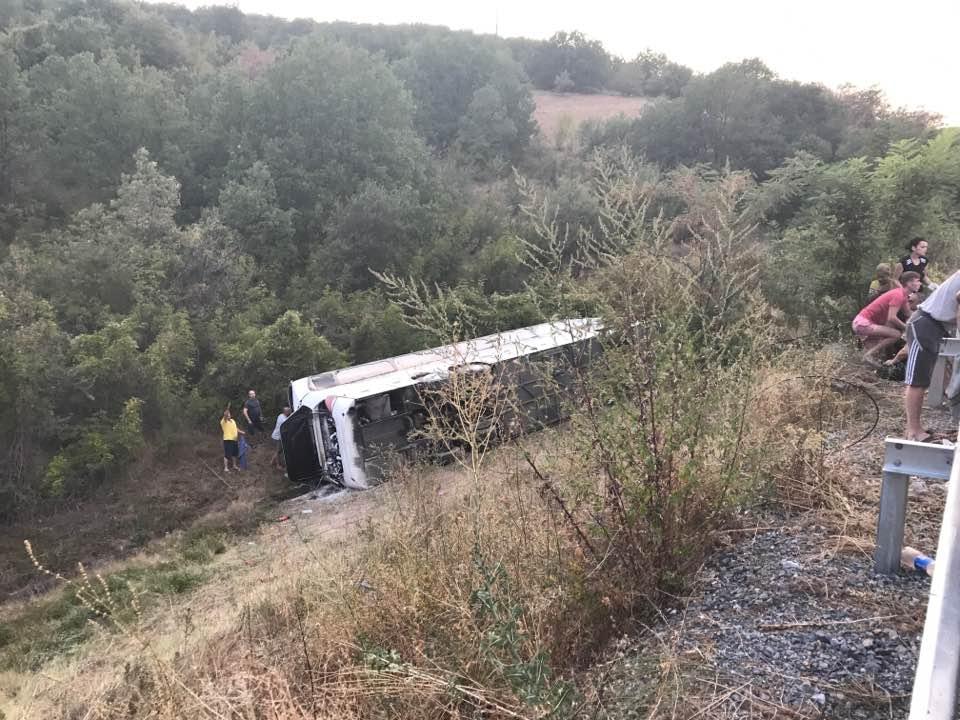 Се утврдува причината за превртувањето на автобусот