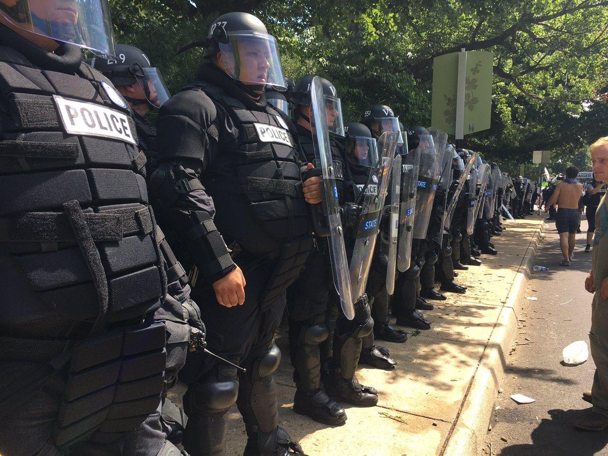 Насилство на протестите во Шарлотсвил  автомобил се залетал во толпата  еден мртов