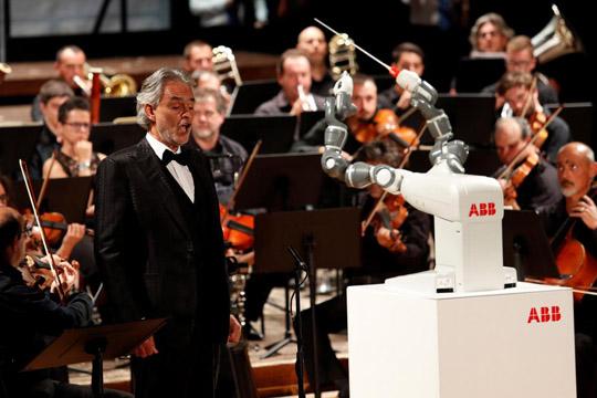 Робот диригираше со оркестар на концертот на Бочели во Пиза