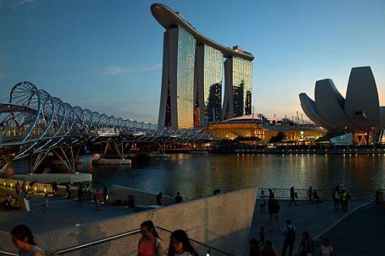Две лица загинаа во Сингапур при судир на два брода