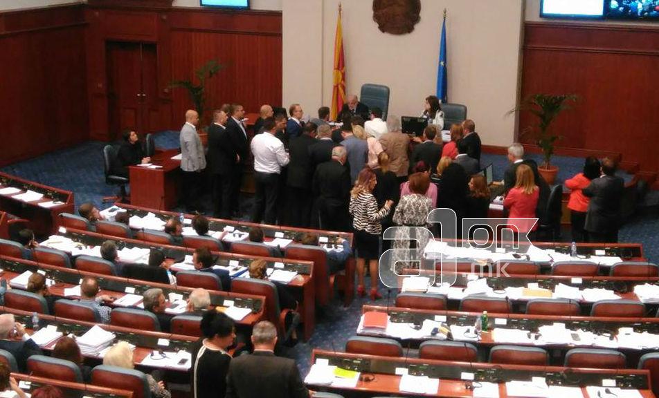 Пратениците на ВМРО ДПМНЕ ја окупираа говорницата