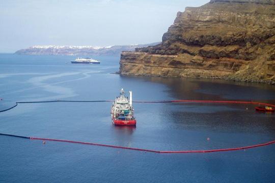 Од потонат танкер близу Атина се излева нафта во водите на Егејското Море