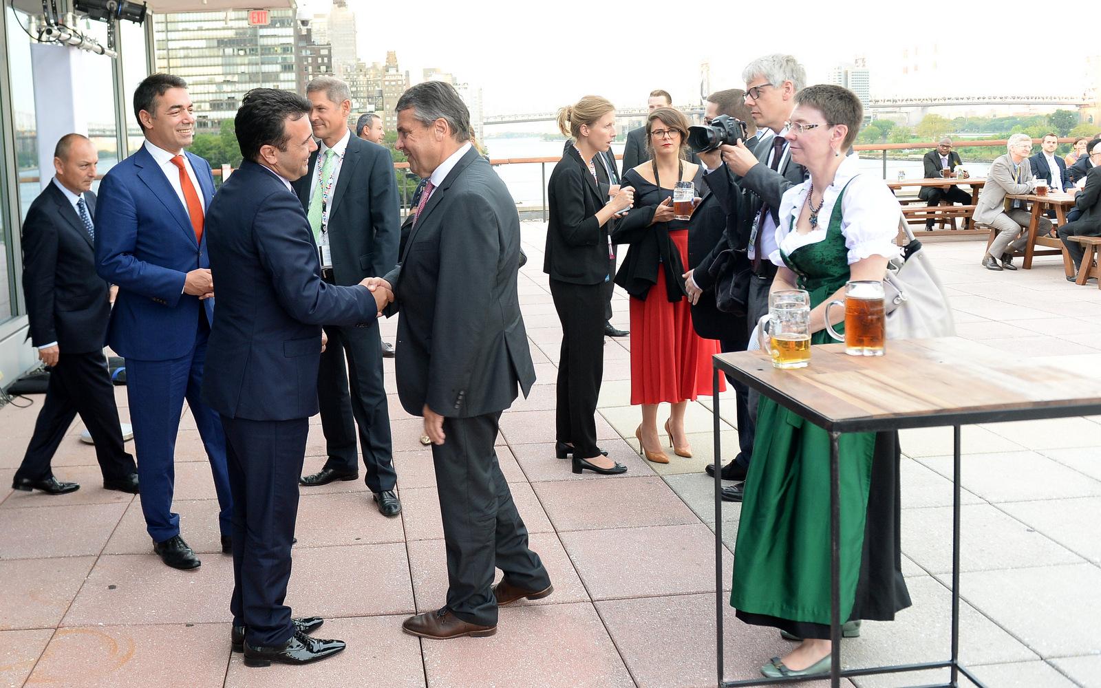 Заев се сретна со германскиот министер за надворешни работи Зигмар Габриел  Силна поддршка на реформите во Македонија