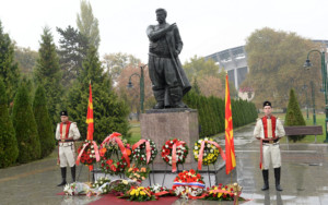 Претставници на владата положија цвеќе на споменикот на Гоце Делчев во Градски Парк во Скопје