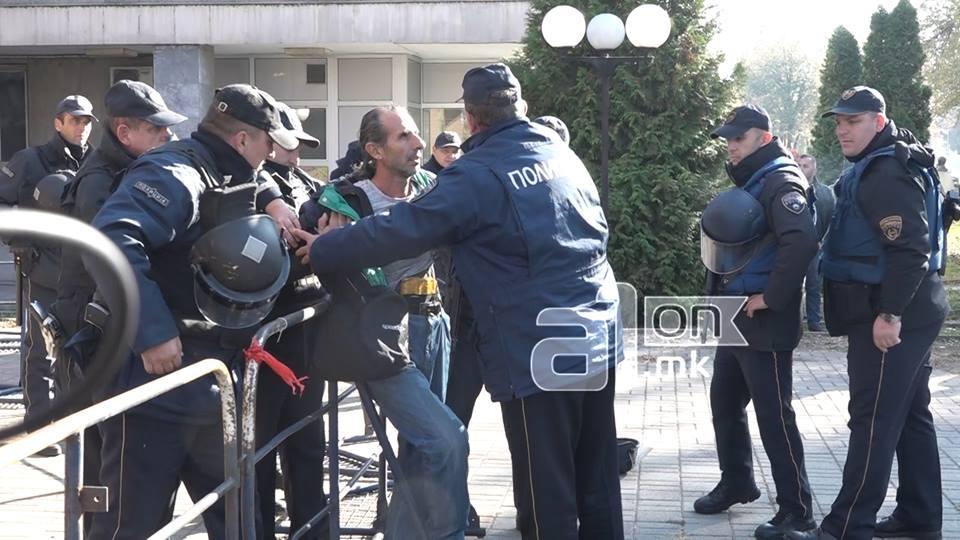 """ВИДЕО: Инцидент пред суд, лице со """"експлозив"""" и се закануваше на полицијата"""
