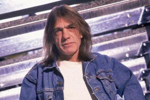 Почина Малколм Јанг  гитаристот и основач на AC DC