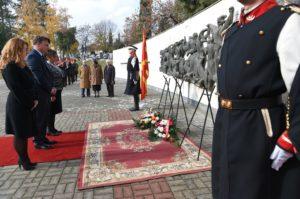 Официјални делегации положија свежи цвеќе на Партизанските гробишта во Бутел