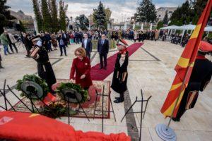 Делегација од Владата положи цвеќе пред споменикот на ослободителите на Скопје  по повод 13 Ноември