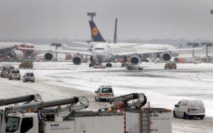 Откажани 170 летови од аеродромот во Франкфурт поради снежно невреме