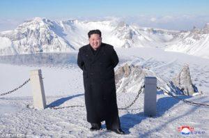 severnokorejskiot-lider-go-kontrolira-i-vremeto