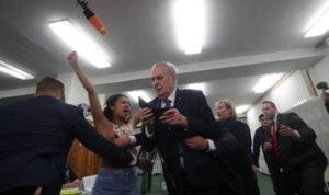 Полугола активистка му се нафрли на Земан