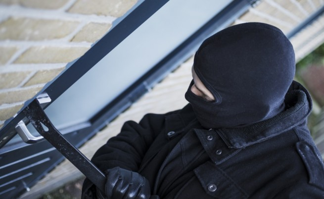 На крадец му испаднале украдените пари додека бегал