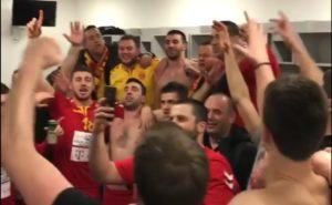 Македонските ракометари со песна го прославуваат првото место во групата