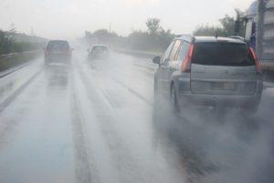 Сообраќајот се одвива по влажни коловози  магла на Плетвар и во Неготино