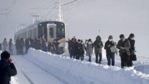 Воз со околу 600 патници блокиран од снежна бура во Јапонија