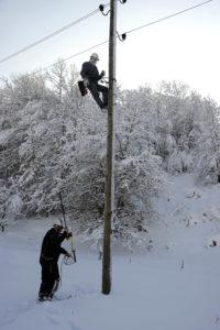 Силно невреме предизвика прекини во снабдувањето со електрична енергија во југозападна Македонија