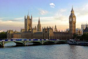 Полицијата истражува сомнителен пакет во Парламентот во Лондон
