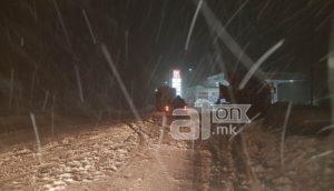 Снег и магла на Стража  завеани возила покрај патот