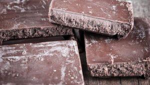 Белиот слој на чоколадата не е штетен