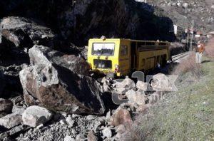 Одрон на пругата Велес Градско  машина за одржување удри во камењата