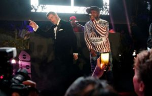 Џон Траволта игра на хитот на 50 Cent   Just a Lil  Bit