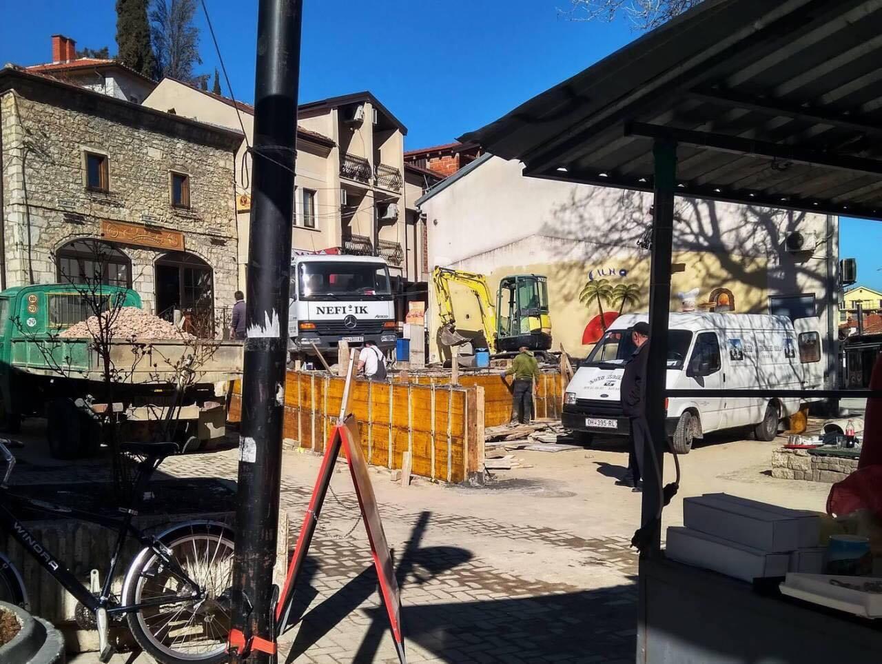 Ѕидањето на столбови кај Чинарот, фотографирано на 18 март