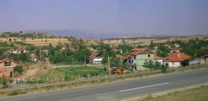 Се запали возило на автопатот Скопје-Куманово, сообраќајот се одвива по една лента
