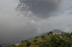 Само вакцинираните против коронавирус се евакуираат пред ерупција на вулкан на Карибите