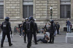 ВИДЕО: Француската полиција со солзавец ги растера демонстрантите против санитарните пропусници