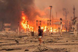 ВИДЕО: Борба со големиот пожар на Сицилија, евакуирани домови, затворен аеродром